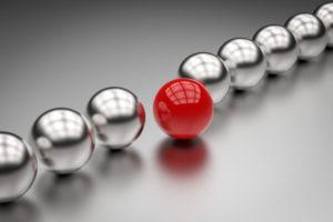銀の中に赤いボールが1つ