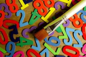 数字と筆の画像